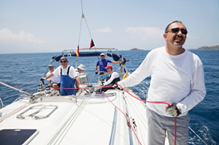 sailing-team-on-yacht